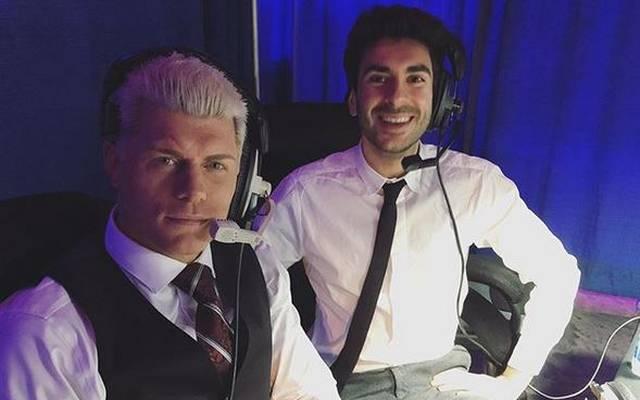 Cody Rhodes (l.) zusammen mit AEW-Präsident Tony Khan hinter den Dynamite-Kulissen