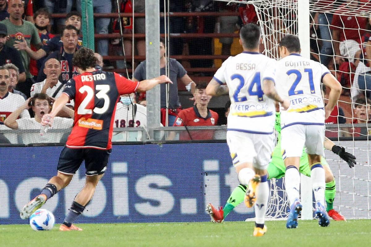 Mattia Destro erzielt für den CFC Genua das vielleicht verrückteste Tor der Saison. Beim 3:3 gegen Hellas Verona traf der Italiener mit einer Flasche in der Hand.
