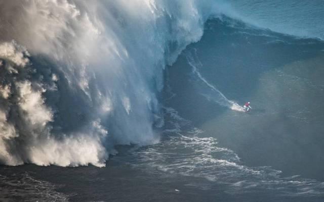 Maya Gabeira stürzt sich eine Welle hinunter