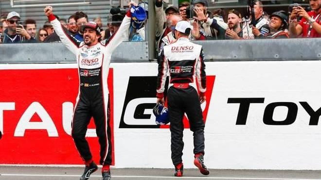 Fernando Alonso freut sich über seinen Sieg in Le Mans