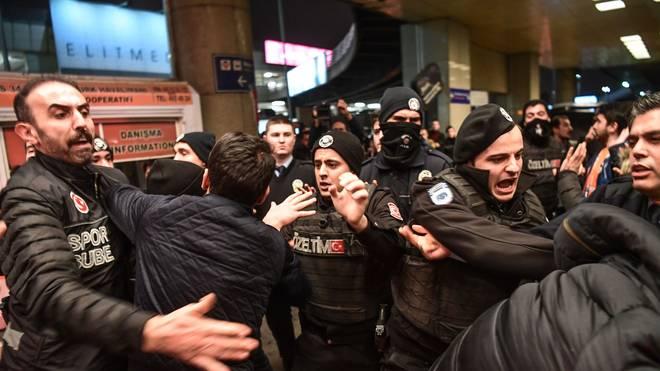 Bei der Ankunft von Arda Turan in Istanbul kommt es zu Schlägereien zwischen Fans und der Polizei