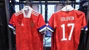 """Ausrüster adidas hat derweil reagiert: """"Wir entwickeln das Design neuer Trikots grundsätzlich in enger Absprache mit unseren Verbänden. Wir sind seit 12 Jahren stolzer Partner des russischen Fußballverbandes und daher zuversichtlich, dass wir gemeinsam eine Lösung finden werden."""""""