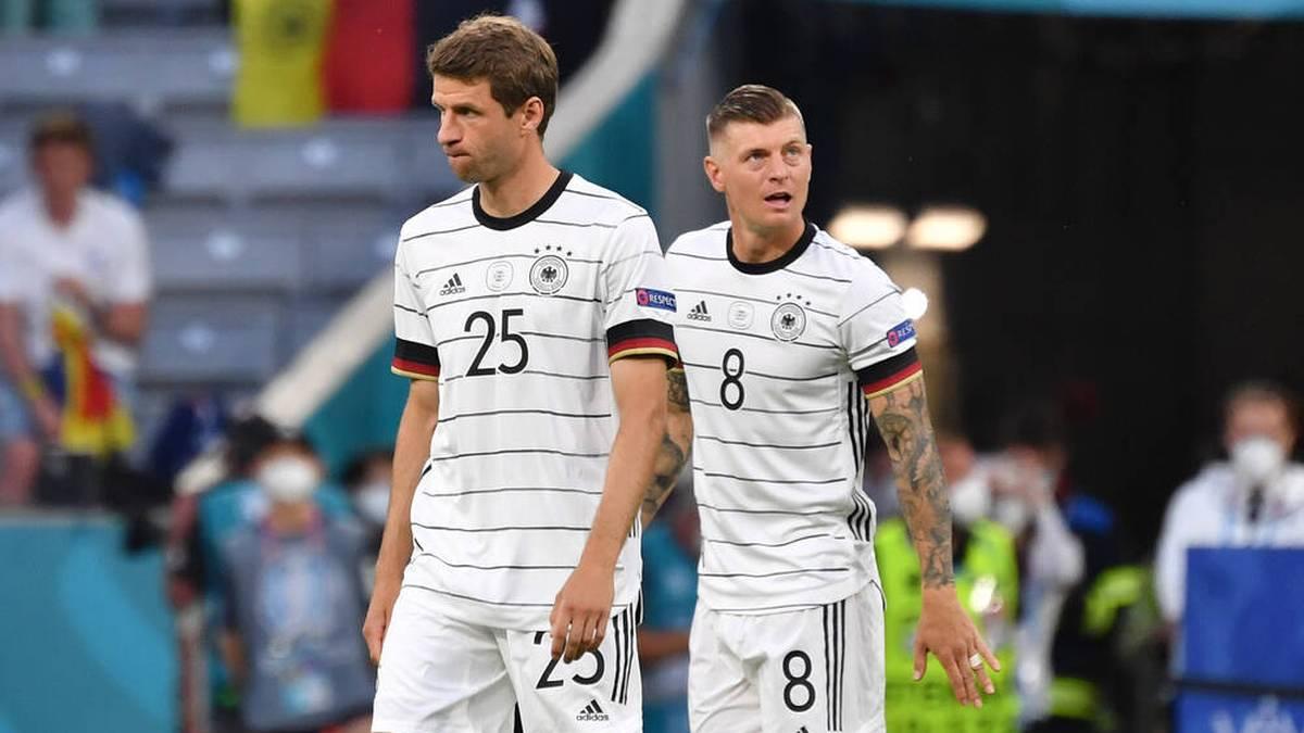 Thomas Müller (l.) und Toni Kroos haben nun mehr Länderspiele auf dem Buckel als Franz Beckenbauer