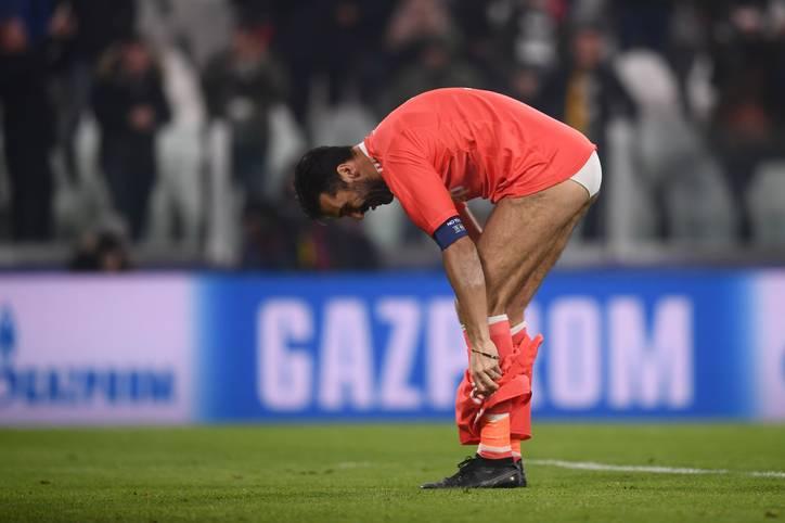 """Für Juventus Turin hat Gianluigi Buffon in seiner Karriere oft sein letztes Hemd gegeben - nun opfert er sogar seine Hose. Nach dem Champions-League-Spiel gegen den FC Barcelona sorgt Buffon mit einem """"Striptease"""" für Aufsehen - was steckt dahinter?"""