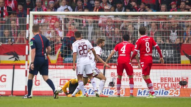 Nürnbergs Patrick Erras (m.) erzielte im Spiel gegen Union Berlin den 3:3-Ausgleich