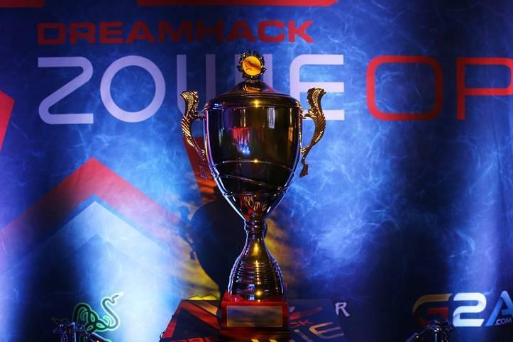 Der Pokal in Counter-Strike: Global Offensive konnte während des Wettbewerbs stets am Rand der Bühne bestaunt werden