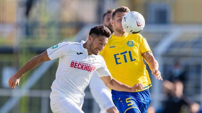 Der SC Verl (l.: Ayguen Yildirim) zieht für das Playoff-Rückspiel zur 3. Liga nach Bielefeld um