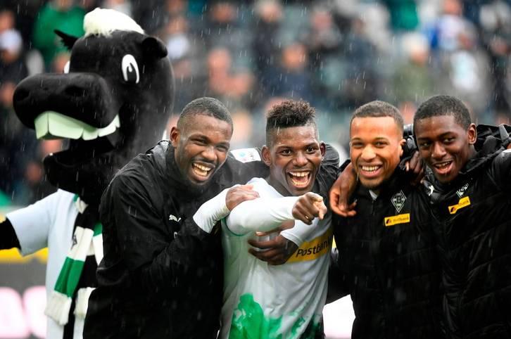 Borussia Mönchengladbach schießt sich durch einen 5:1-Sieg gegen den FC Augsburg an die Tabellenspitze der Bundesliga