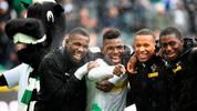 Marcus Thuram, Breel Embolo, Alassane Plea und Mamadou Doucoure feiern Gladbachs Sieg