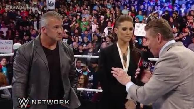 WWE-Boss Vince McMahon (r.) wurde bei Payback permanent von Rufen nach CM Punk unterbrochen