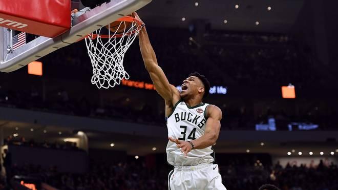 """Giannis Antetokounmpo spielt mit den Milwaukee Bucks in Paris Giannis Antetokounmpo spielt seit 2013 in Milwaukee. Seine Fans nennen ihn wegen seiner spektakulären Spielweise nur """"The Greek Freak"""""""