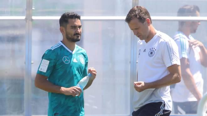 Ilkay Gündogan im Gespräch mit Oliver Bierhoff bei der Nationalmannschaft