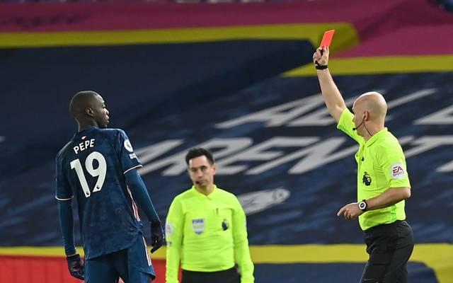 Arsenal-Star Nicolas Pépé flog nach einem Kopfstoß gegen Leeds-Stürmer Ezgjan Alioski von Platz