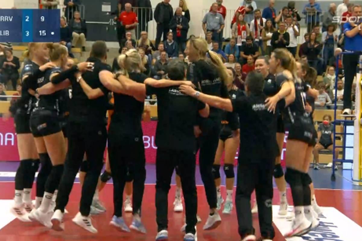 In der Volleyball-Bundesliga der Frauen liefern sich die Roten Raben Vilsbiburg und die Ladies in Black Aachen einen Krimi. Am Ende jubeln die Gäste.