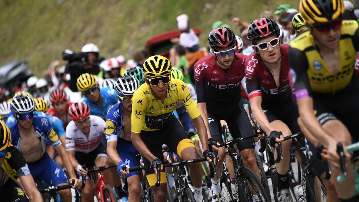 2019 fuhr Egan Bernal (Mitte) im Gelben Trikot über die Ziellinie der Tour