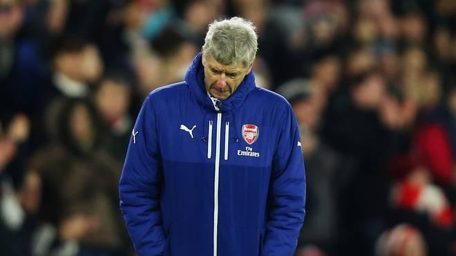Arsene Wenger vom FC Arsenal schaut enttäuscht zu Boden
