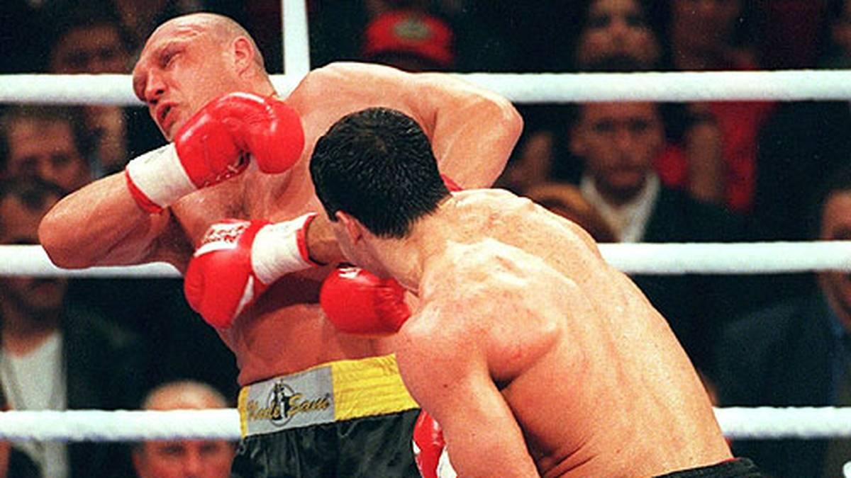 Wladimir Klitschko wird nach seinem Olympiasieg bei den Amateuren in Atlanta 1996 Profi und bezwingt in den nächsten vier Jahren fast alle Gegner. Der Deutsche Axel Schulz etwa hat am 25. September 1999 keine Chance gegen den Riesen