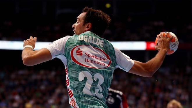 Cristian Ugalde steht für Hannover-Burgdorf gegen die Füchse aus Berlin auf dem Feld
