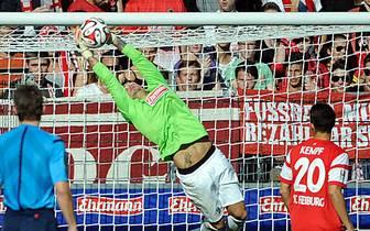 Leverkusen spielt auch in Unterzahl nach vorne, verzweifelt aber an Roman Bürki im Freiburger Tor. Der lenkt einen Schuss von Karim Bellarabi an die Latte