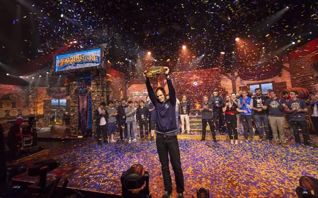 Spieler Raphael Bunnyhoppor Peltzer  gewinnt das Finale der HCT-Sommermeisterschaft von Hearthstone in Burbank, Kalifornien.