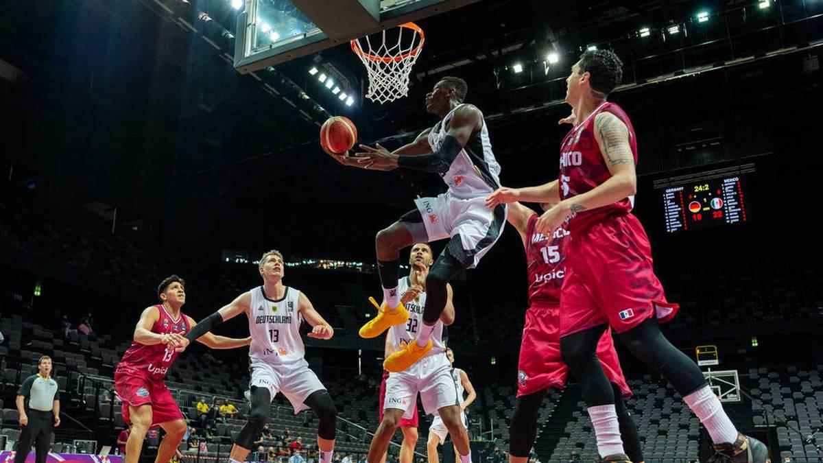 NBA-Star Isaac Bonga (oben l.) zieht gegen Mexiko zum Korb