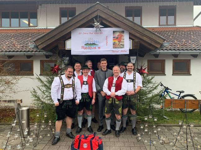 Zu Beginn der Weihnachtszeit besuchen Spieler und Funktionäre der FC Bayern traditionell Fanclubs in der näheren und weiteren Umgebung. SPORT1 zeigt die bunten Bilder des Sonntags
