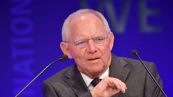 Wolfgang Schäuble erhält von IOC-Präsident Thomas Bach Olympischen Orden