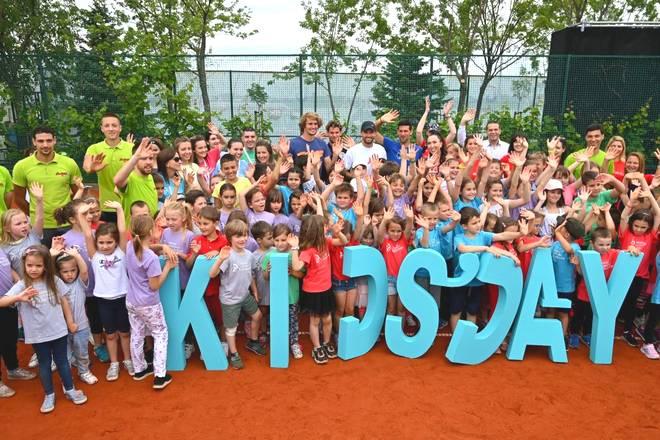 Grigor Dimitrov, Alexander Zverev, Dominic Thiem und Novak Djokovic umringt von vielen Kindern