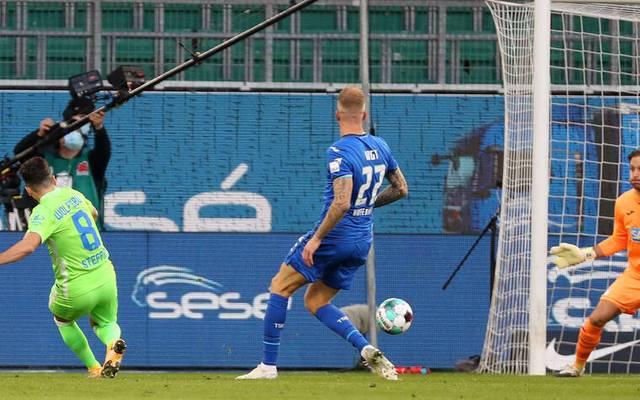 Renato Steffen (L) erzielt das 1:0 für den VfL Wolfsburg gegen die TSG Hoffenheim