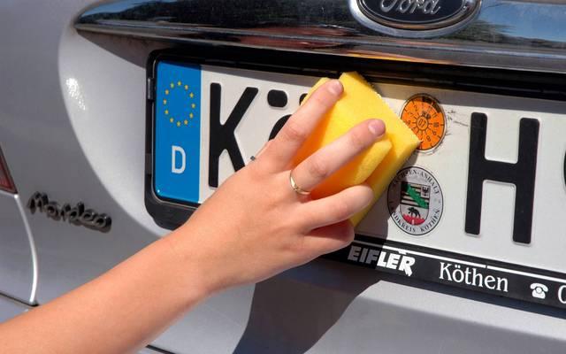 Das Länderkennzeichen zeigt das Herkunftsland des Autos an