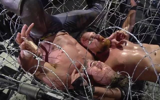 Jon Moxley (r.) beförderte Kenny Omega mit einem Suplex durch Stacheldraht