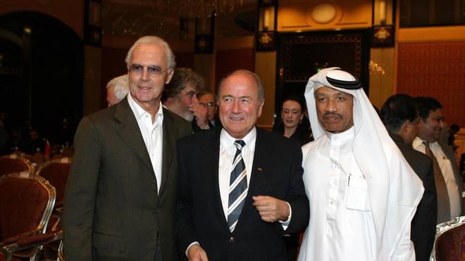 Mohammed Bin Hammam (r., mit Franz Beckenbauer und Joseph Blatter) ist eine Schlüsselfigur der WM-Affäre
