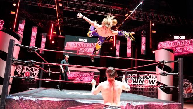 Der deutsche Wrestler Rotation springt bei einer wXw-Show 2020 auf Metehan