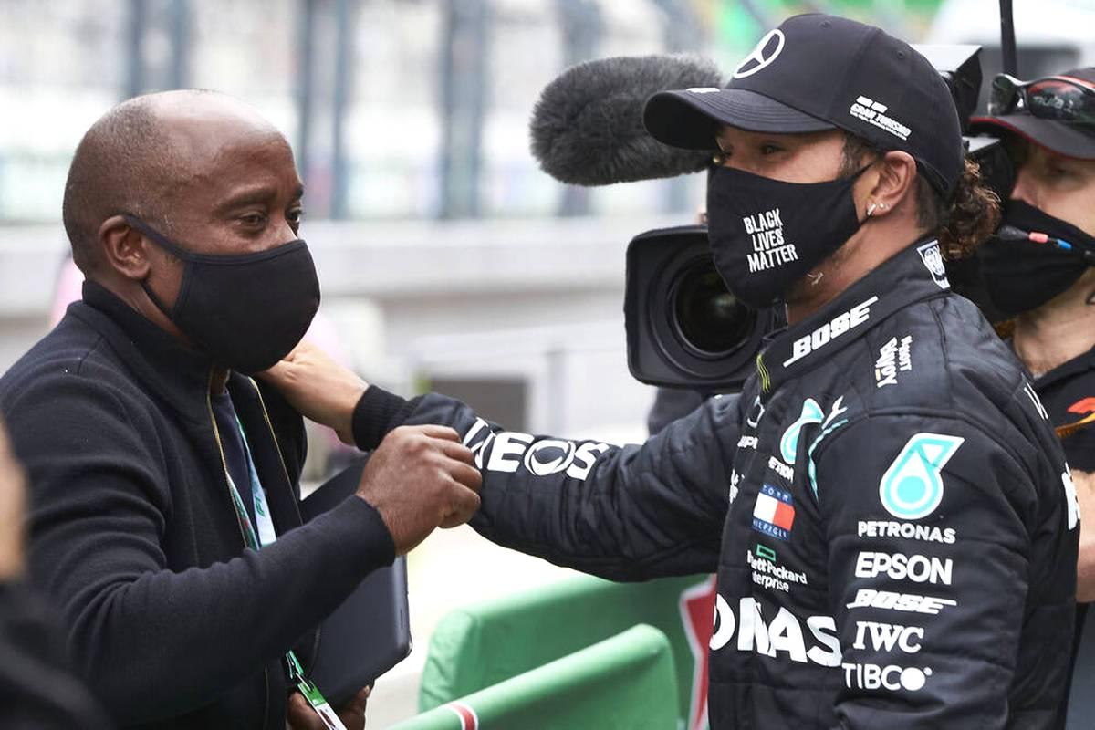 In der Formel 1 liefern sich Lewis Hamilton und Max Verstappen einen erbitterten Kampf um den Titel. Von einem Hassduell will der Vater des Briten jedoch nichts wissen.