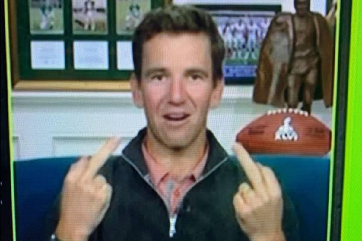 Ex-Quarterback Eli Manning sorgt in einer TV-Übertragung für Aufsehen. Die NFL-Legende zeigt eine obszöne Geste in die Kamera.
