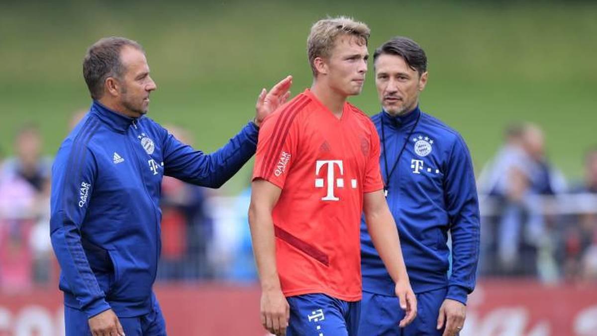 Fiete Arp im Training des FC Bayern mit dem damaligen Co-Trainer Hansi Flick (l.) und Niko Kovac