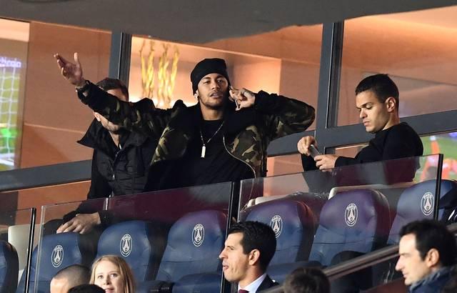 Neymar verfolgte das Spiel aus der VIP-Loge