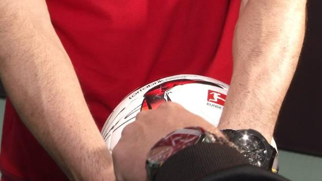Robert Lewandowski hält den Fünf-Tore-Ball ganz fest