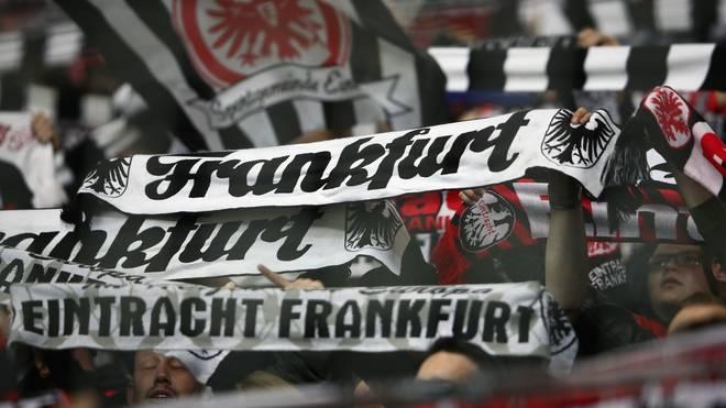 Fans von Eintracht Frankfurt feiern ihre Mannschaft