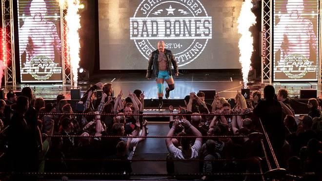 Der deutsch-englische Wrestler Bad Bones beim Einzug zum wXw 16 Carat Gold 2016