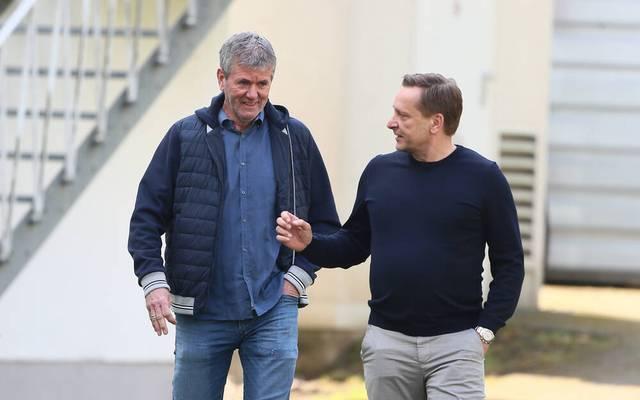 Friedhelm Funkel (l.) und Kölns Geschäftsführer Horst Heldt. Beide trafen sich am Montag zu einem Vier-Augen-Gespräch, dann ging es ganz schnell
