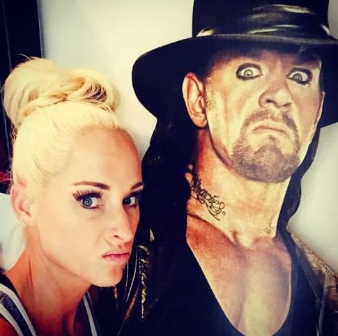 Wrestling-Fans kennen den Undertaker nur so: Im schwarzen Ring-Outfit, bedrohlich dreinguckend. Sie kennt die WWE-Legende auch anders