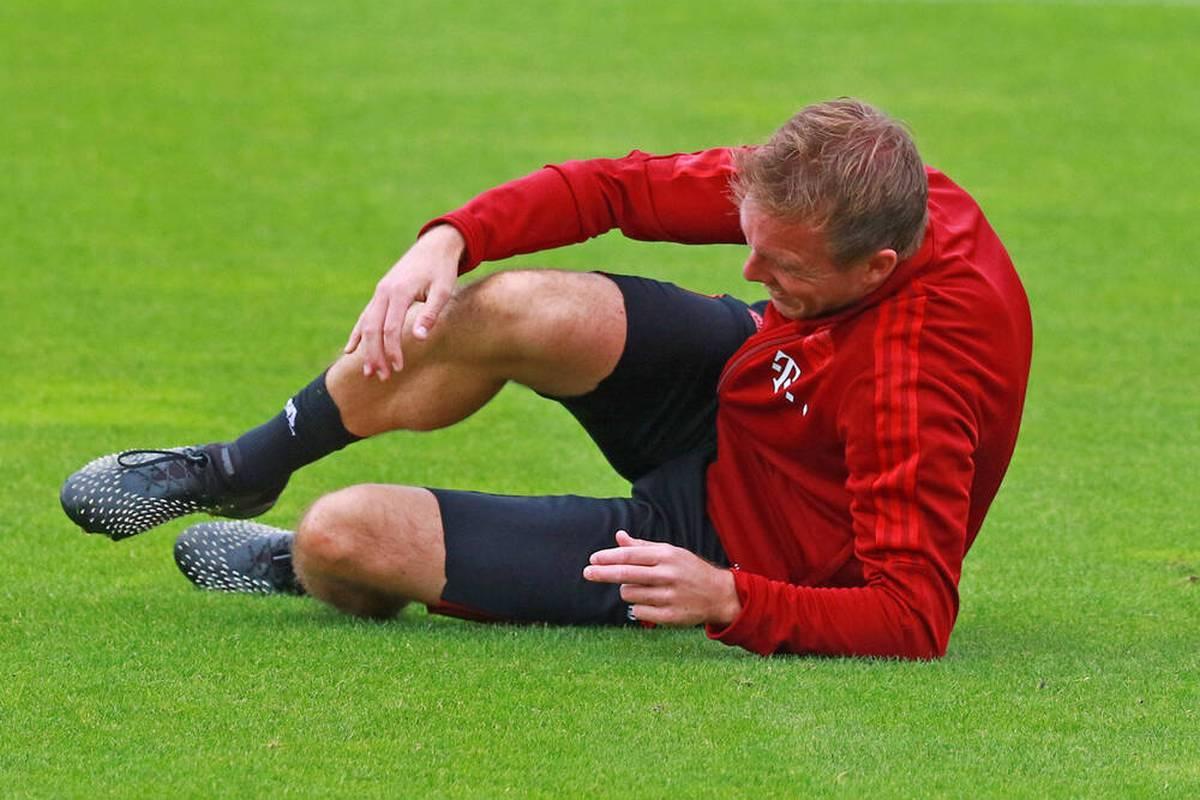 Vor dem CL-Duell des FC Bayern wird Trainer Julian Nagelsmann von seinem Co. unsanft von den Beinen geholt. Besser geht es Corentin Tolisso und Sven Ulreich.