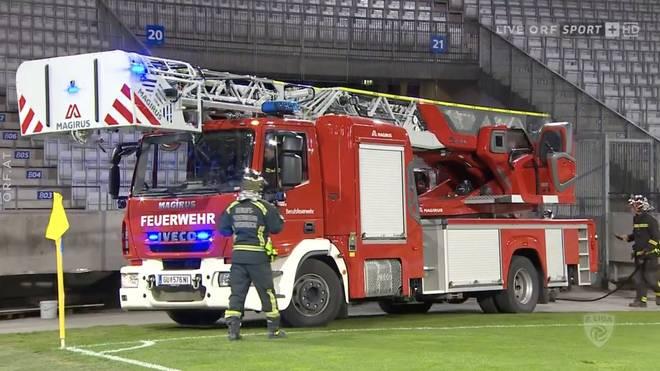 Die Feuerwehr fuhr zum Löschen des Feuers ins Stadion