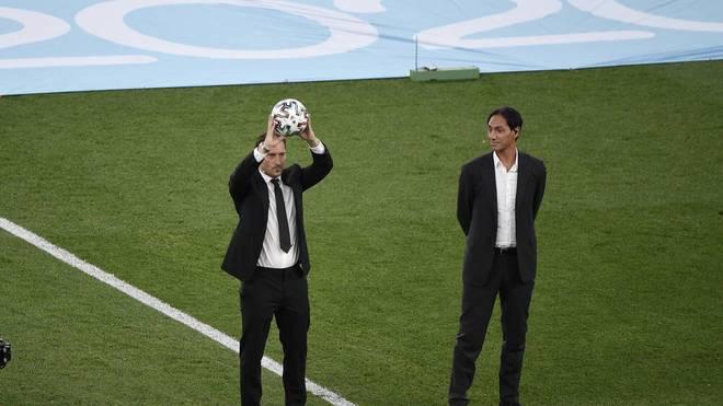 Die Altstars Francesco Totti (l.) und Alessandro Nesta ließen sich auch auf dem Rasen im Römer Olympiastadion blicken