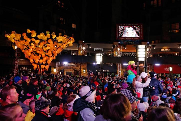 Die Alpine Ski-WM 2015 ist eröffnet. Die Fans in Vail/Colorado fiebern auf der Solaris-Plaza der Zeremonie entgegen
