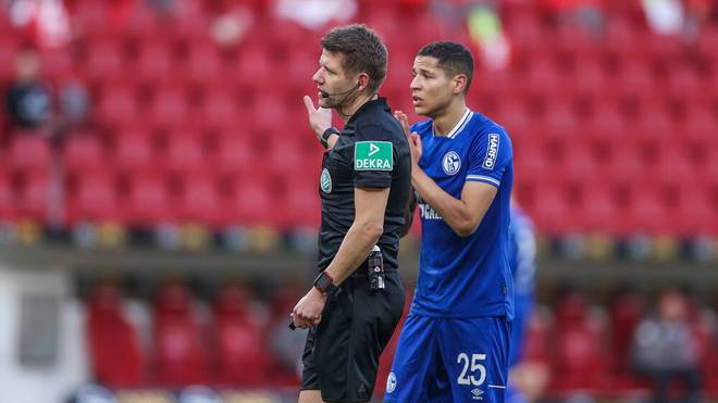 Patrick Ittrich stand beim Schalke-Spiel gegen Mainz häufig im Mittelpunkt