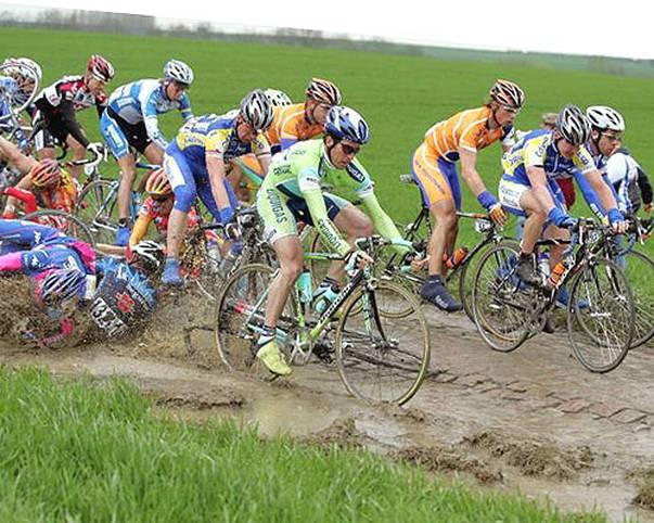 """Kopfsteinpflaster, Schlamm, Stürze: Beim Eintagesrennen Paris-Roubaix bleibt den Fahrern nichts erspart. In diesem Jahr  geht die Königin der Klassiker in ihre 111. Auflage. SPORT1 zeigt spektakuläre Bilder der """"Hölle des Nordens"""""""