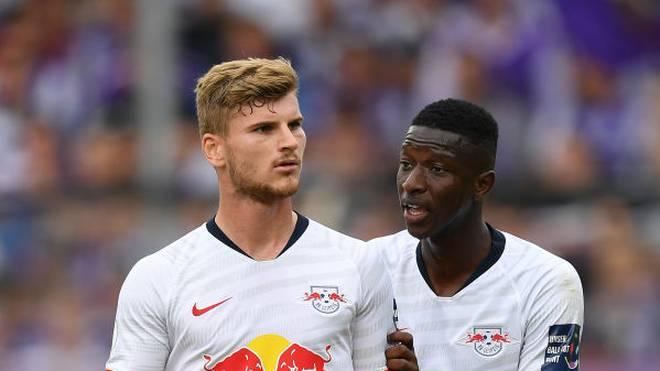 Timo Werner (l.) bleibt vorerst bei RB Leipzig