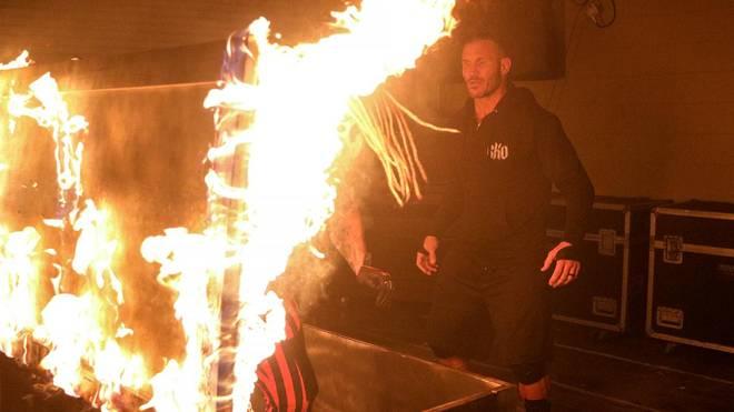 The Fiend (l.) überraschte Randy Orton bei WWE RAW mit einem Feuer-Trick